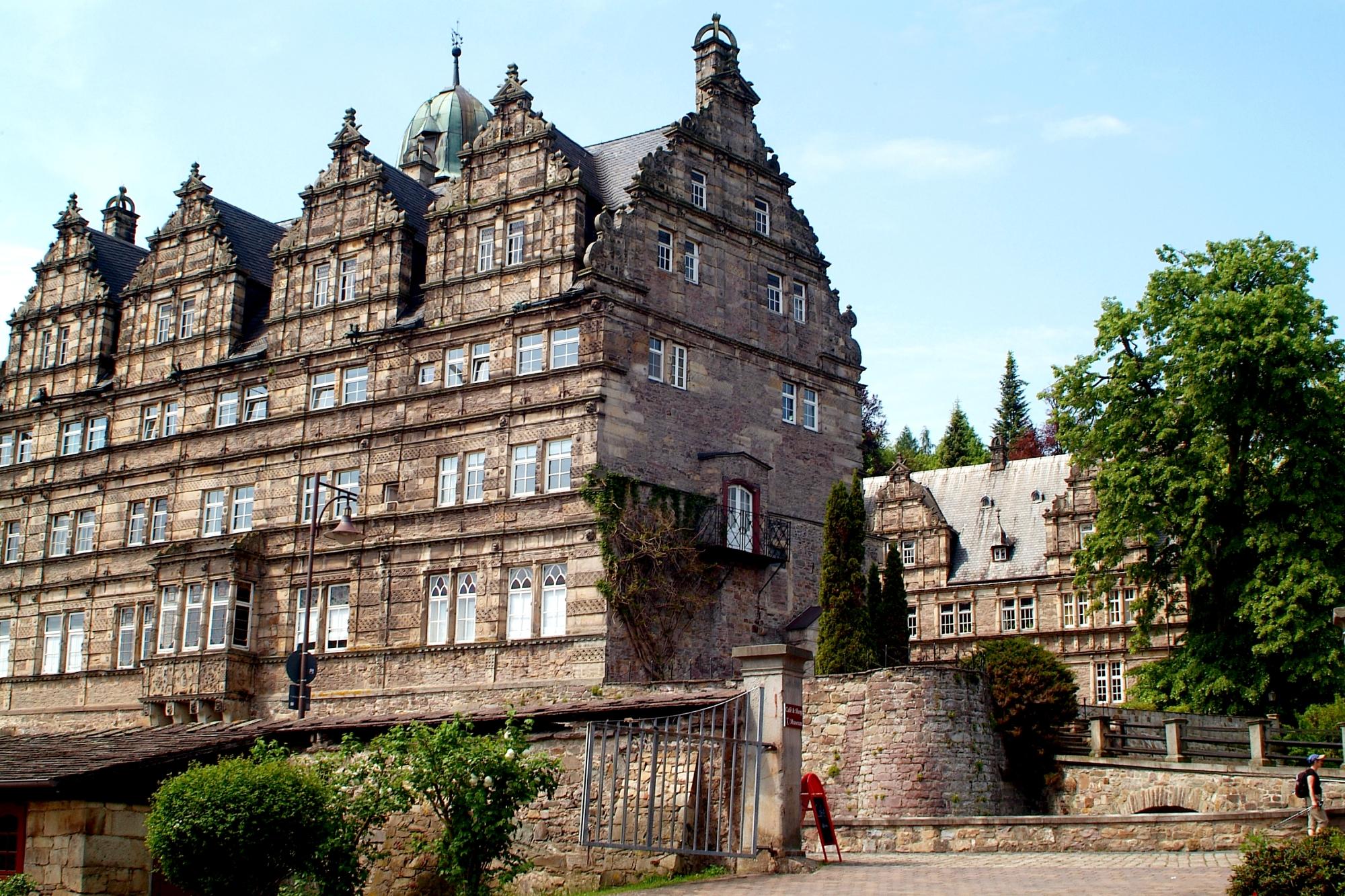 Schloss_Hämelschenburg_gesehen_von_der_Einfahrt_der_ehemaligen_Gutsanlagen_II